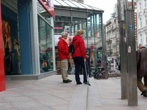 Deltagere får kjenne på kroppen hva det er å være blind/svaksynt i bybildet. (Foto: Marius Espenes Landheim)