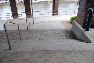 Som blind/svaksynt har du ingen mulighet til å trygt ned denne trappen uten ledsager. Ser du hvorfor?