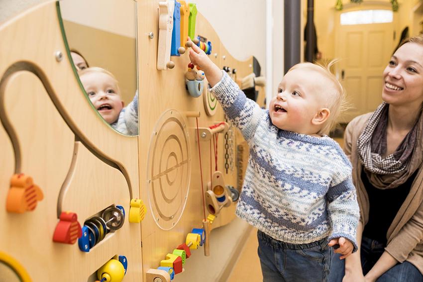 Mor og barn leker. Foto.