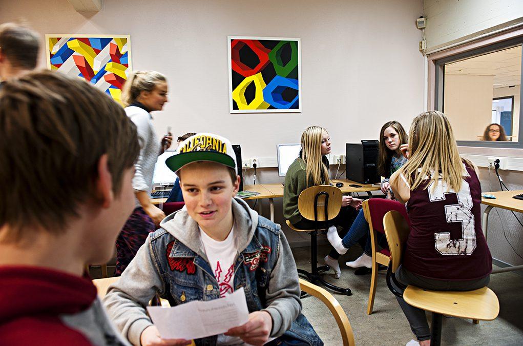 Skoleelever i klasserom. Foto.