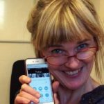 Anna Ruth Grüters holder en mobiltelefon