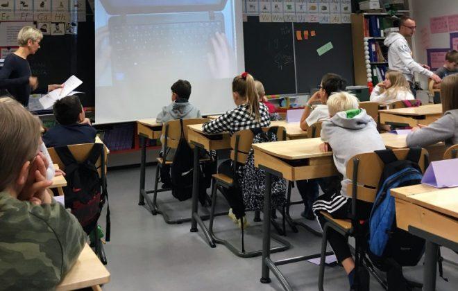 Elever i klasserom. Foto.