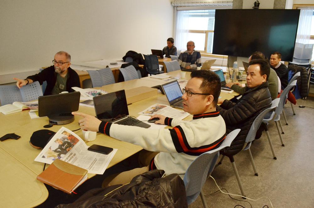 Førsteamanuensis Olaf Husby jobber med språkverktøyet TypeCraft sammen med en gruppe forskere fra Vietnam. Foto: Andrea Hegdahl Tiltnes