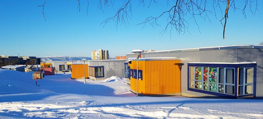 Eberg skole i Trondheim, og deler av skolegården som er dekket av snø.