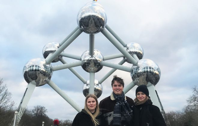 3 studenter foran Atomium i Brussel