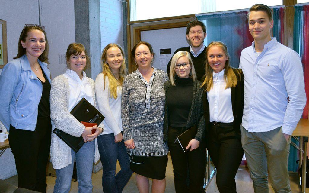 Studenter sammen med ingrid Schulerud