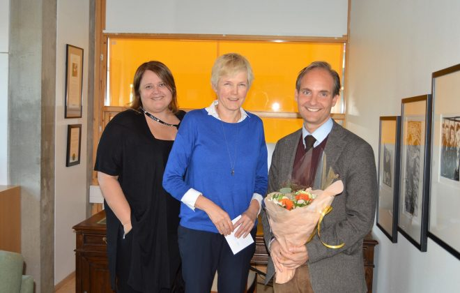 Foto av Eikemo, sammen med instituttleder Toril Aalberg og dekan Marit Reitan.