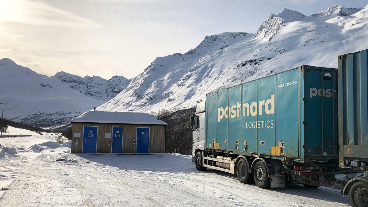 Vogntog parkert ved veien i snøkledd nordnorsk vinterlandskap.