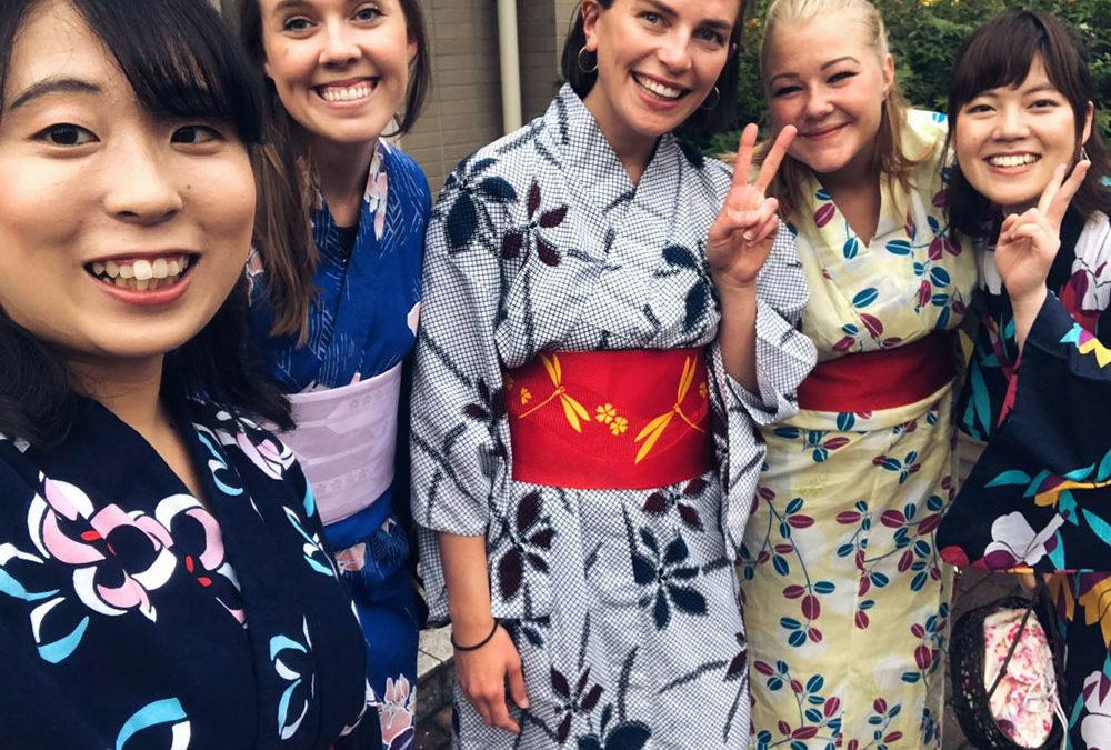 Fem studenter i kimono