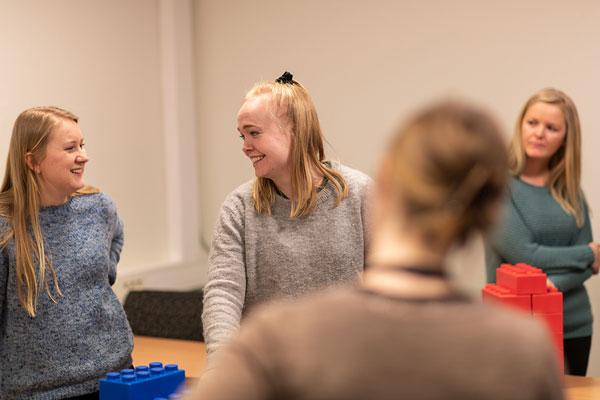 Studenter jobber med store legoklosser i matematikkfaget. Foto