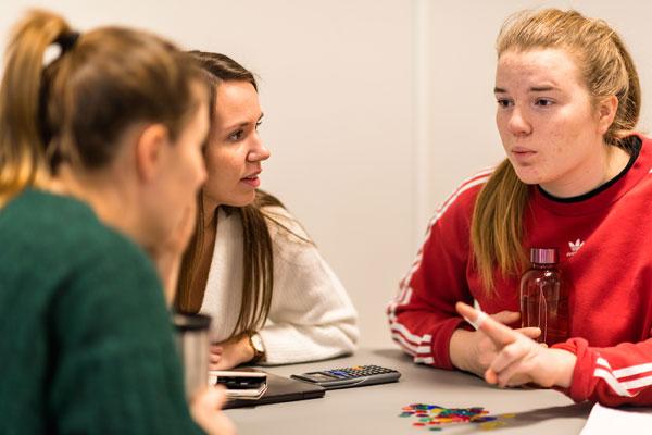 Studenter i gruppe i samtale