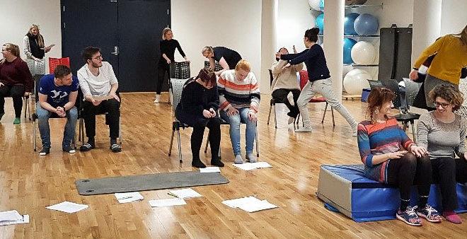 Øvelse der studenter jobber i par og beveger seg i rommet. Foto