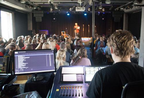 Miksepult, publikum og scenen på Dokkhuset. oto