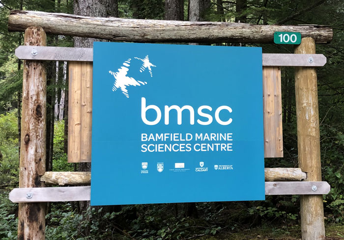Skilt med teksten: Bamfield Marine Sciences Centre. foto