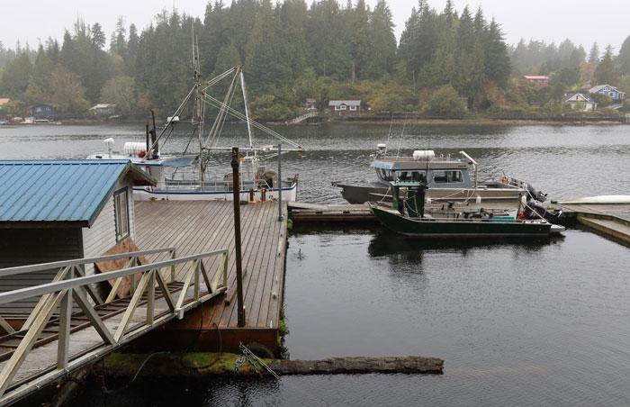 Kaiområde med båt og brygge. foto
