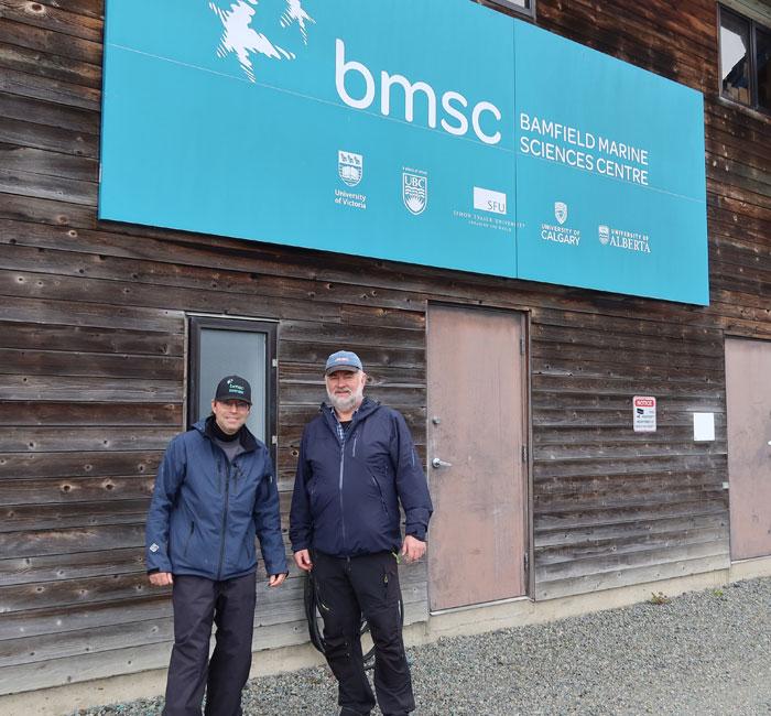 Eric Clelland og Odd Arne Arnesen står ved skiltet til BMSC. foto