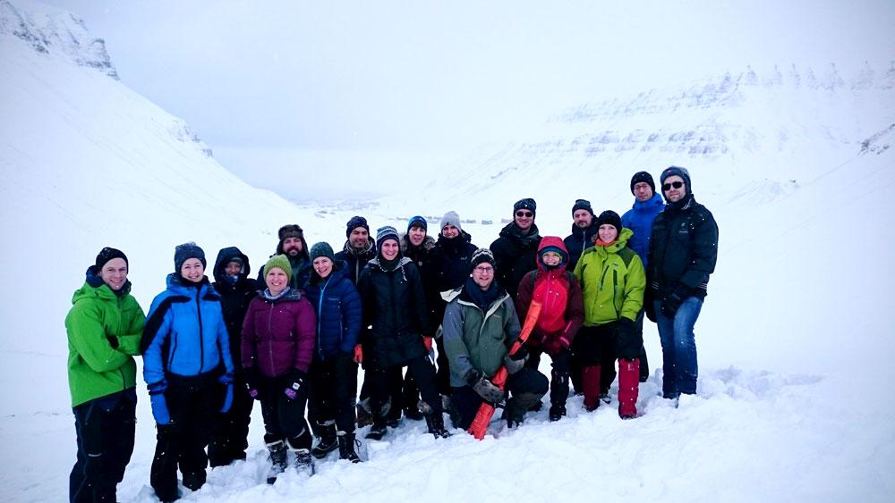 Mange folk ute i snøen på Svalbard
