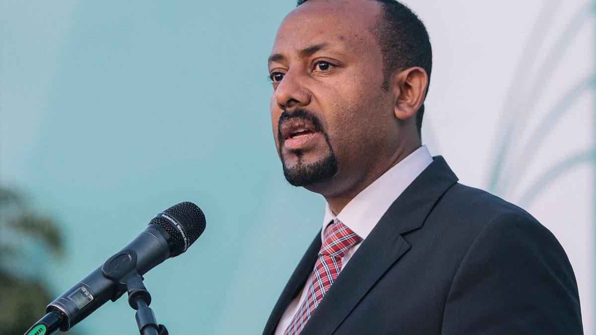 Abiy Ahmed står ved en mikrofon og taler. Foto.