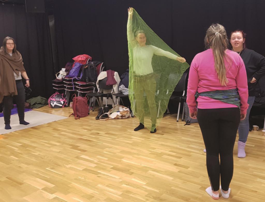 Fire unge damer i en dramasal