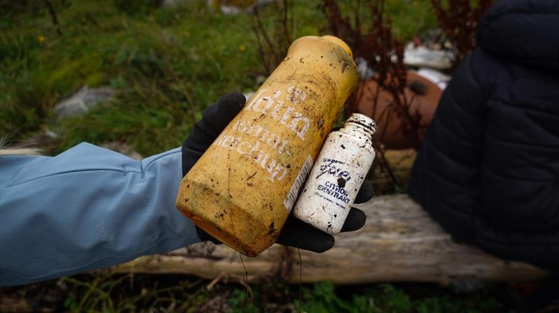 Ketchupflaske som har ligget lenge i naturen. foto