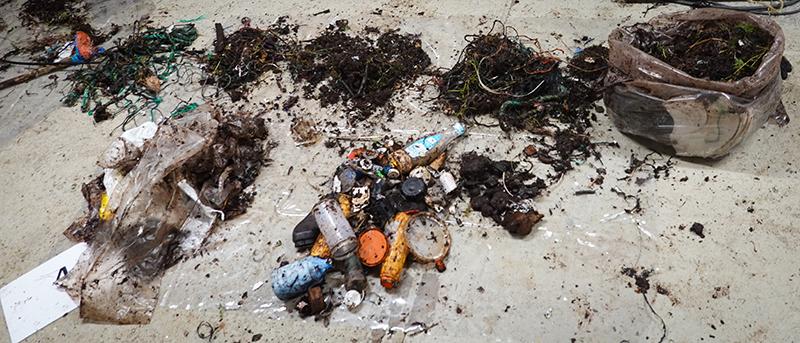 Ferdig sortert marint avfall. Sortert i hauger. Foto