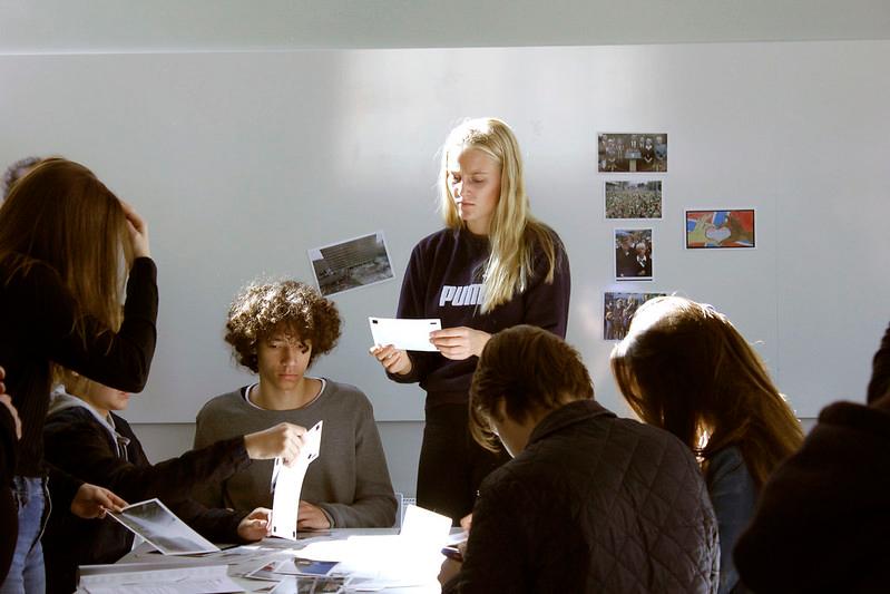 Ungdommer i gruppearbeid. Jobber med bilder. Foto