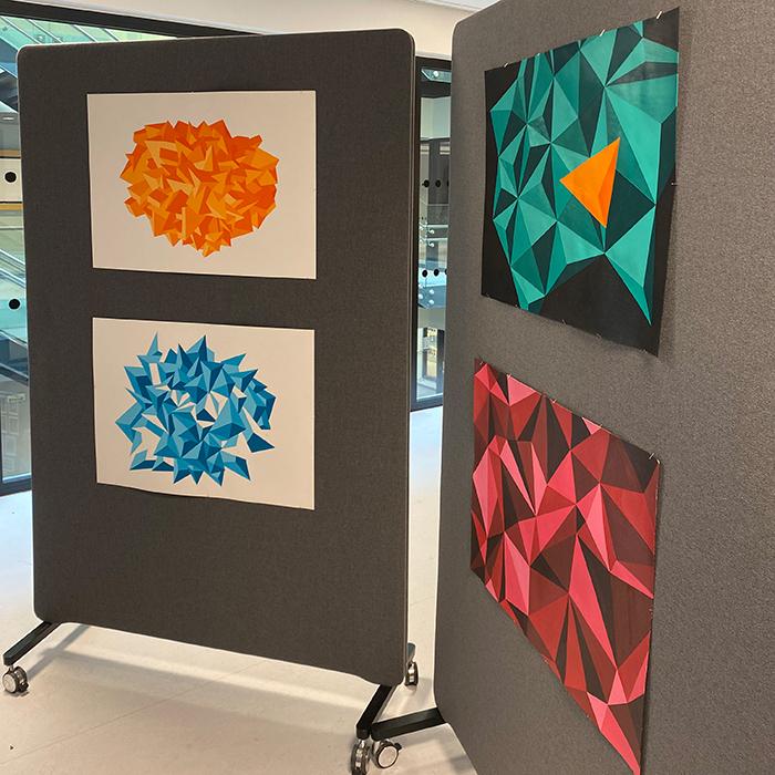 Malerier bestående av mangekanter. foto