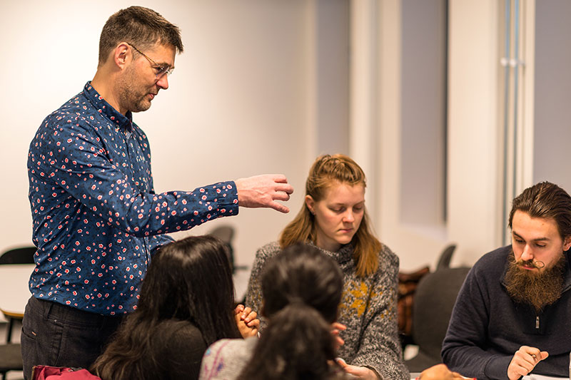 Lærerutdanner snakker med studenter. Foto
