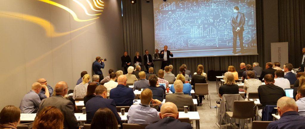 "Adresseavisens Rolf Dyrnes SVendsen introduserer fire medieforskere på konferansen ""Medieleder 2016"" i Bergen. Fra venstre: Martin Holmberg (Lindholmens Science Park, Sverige), Ingrid M. Tolstad (Arbeidsforskningsinstituttet, HiOA), Jon Espen Ingvaldsen (NTNU) og Andrew Perkis (NTNU)."