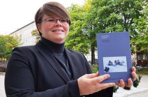 Sara Brinch med den nye boken «Forestillinger om fortid. Historisk fiksjon i film og fjernsyn».
