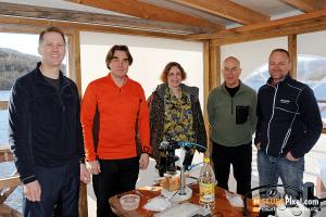 Det var spesialistenes festbord under årets nakensneglsafari. Fra venstre: Torkild Bakken, Alexander Martynov, Tatiana Korshunova, Bernard Picton, Klas Malmberg. Foto: Christian Skauge.