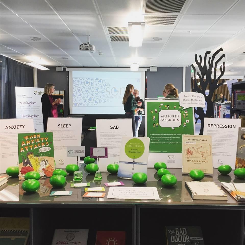 Utstilling med bøker og stressballer i biblioteket