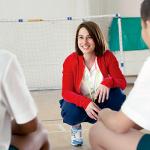 Coach og tilhørere i sportslokaler foto