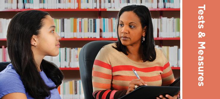En person kjører en test eller intervju av en ungdom