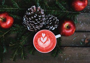 Juletablå med kongler, epler, granbar og kaffekopp