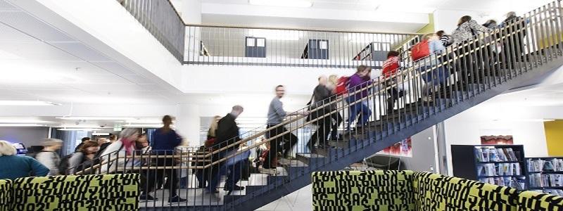 Studenter på vei opp trapp i biblioteket. Foto.