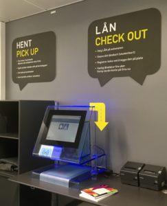 Foto av inngangsparti med utlånsautomat i biblioteket