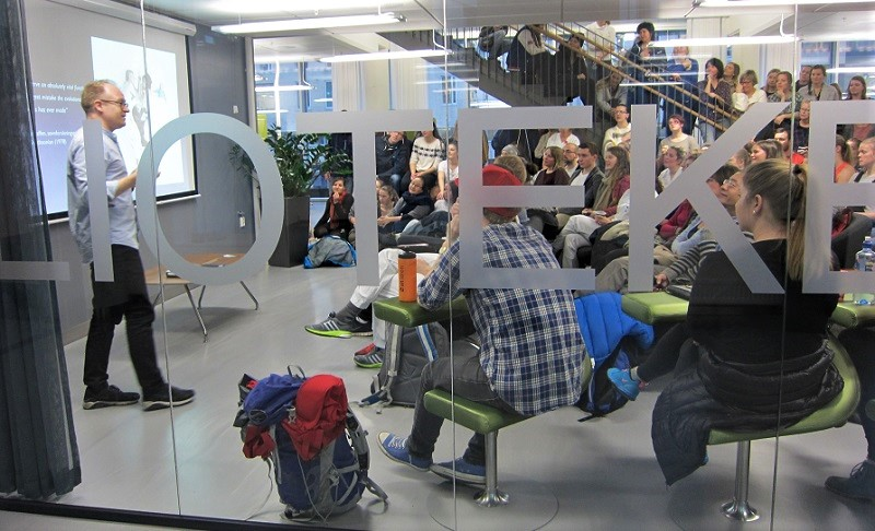 Foredragsholder og publikum under Fagsnakk i biblioteket foto
