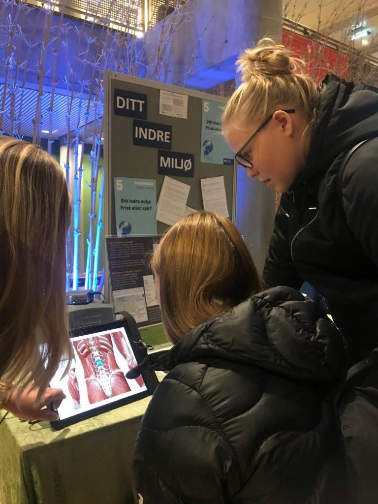 Ungdommer prøver det anatomiske atlaset Visible Body