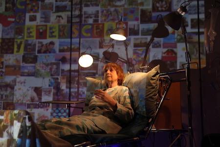 Skuespiller Coby Omvlee i sykehusseng i stykket LANGLIGGER
