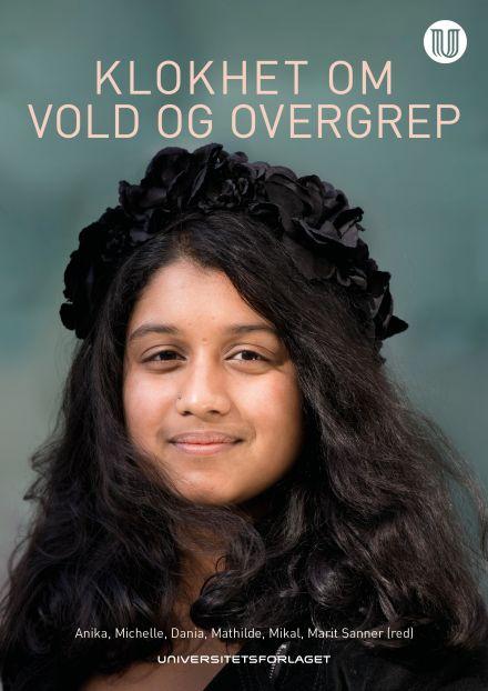 Cover med halvprofil av jente med mørkt hår og svart blomsterkrans på hodet