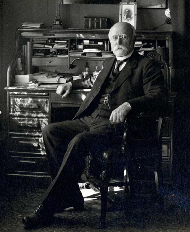 Bernhard Brænne på sitt kontor. Foto: J.C.F. Hilfling-Rasmussen/NTNU UB (utsnitt av A_0415_U_L0003_0001_7)