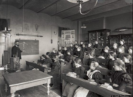 Kalvskindet skole - interiør med personer