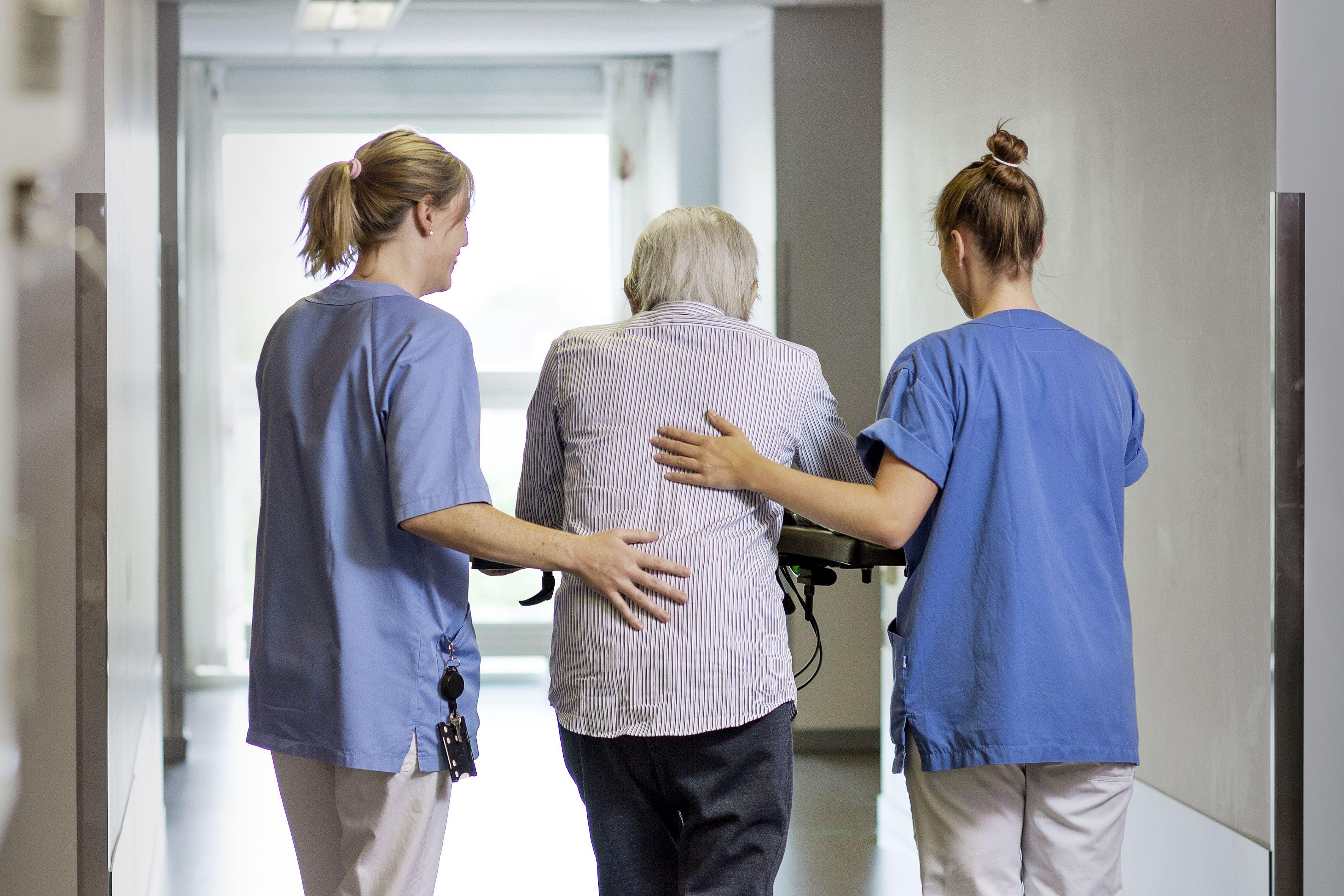 Humor og sosial støtte; to av flere  mestringsstrategier blant personer med demens