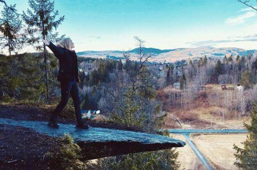 Student på tur i skogen. Foto: