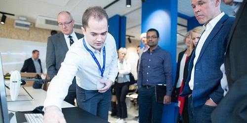 Jan Tore Sanner på besøk i NTNUs AI-lab. Foto: Kai T. Dragland / NTNU