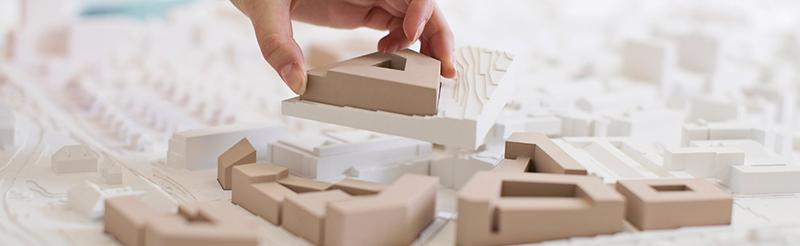 Geografistudenter studerer 3D-modell for planlegging av samlet campus NTNU. Foto: Elin Iversen/NTNU.