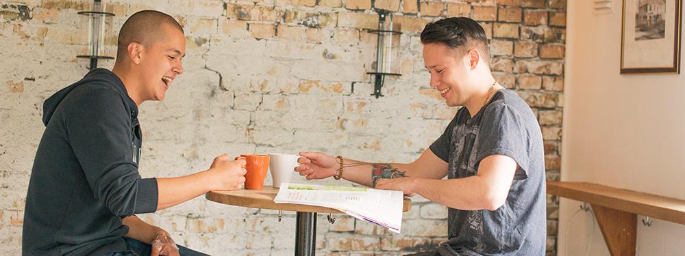 Studenter som sitter på kafe, ilustrerer inetrnasjonal kompetanse. Foto