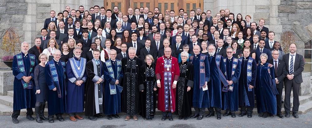 Alle nye doktorar saman med rektorat og dekanar på doktopromosjon november 2016. Foto.