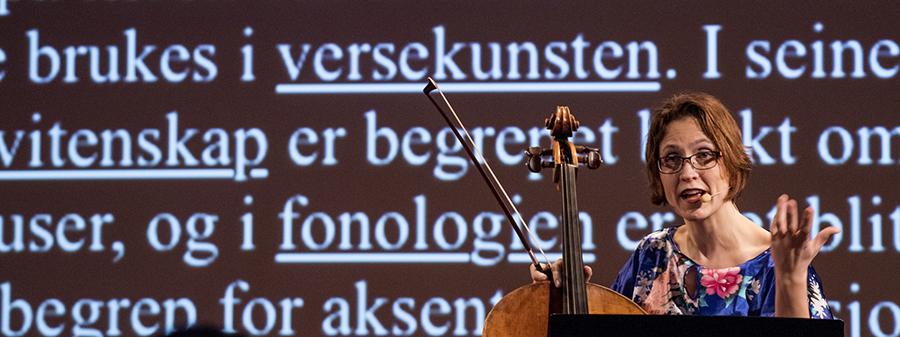 Cellist marrianne LIe holder foredrag på forskningskonsert